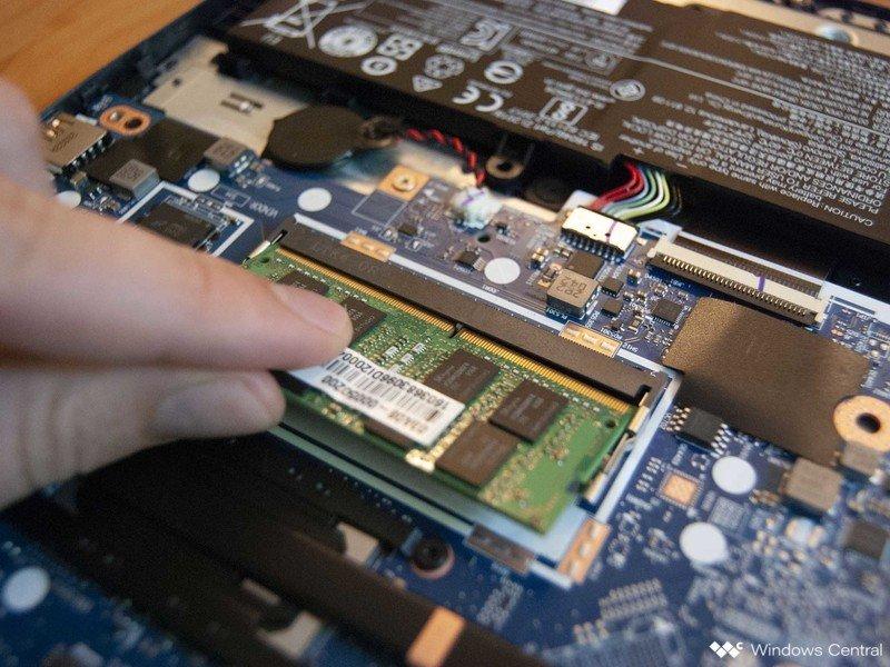 Deslice la nueva RAM en la ranura