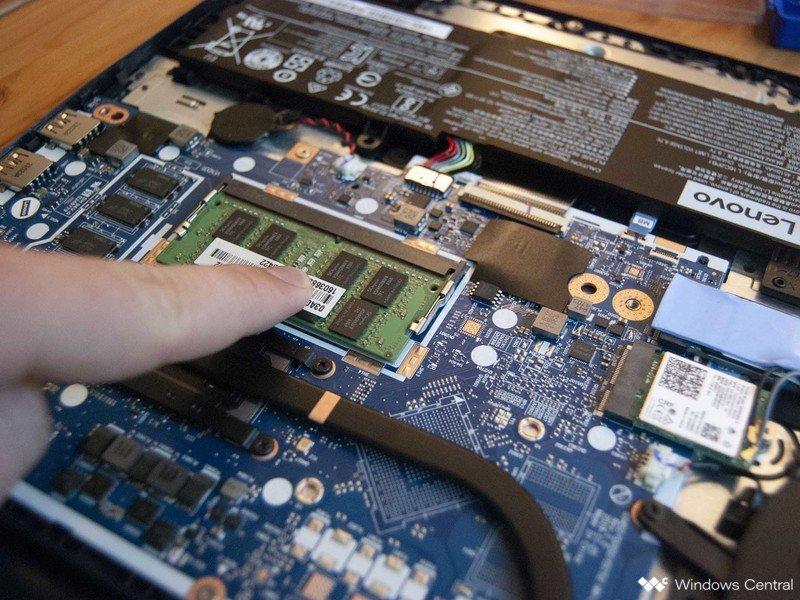 Presione la RAM hasta que encaje en su lugar